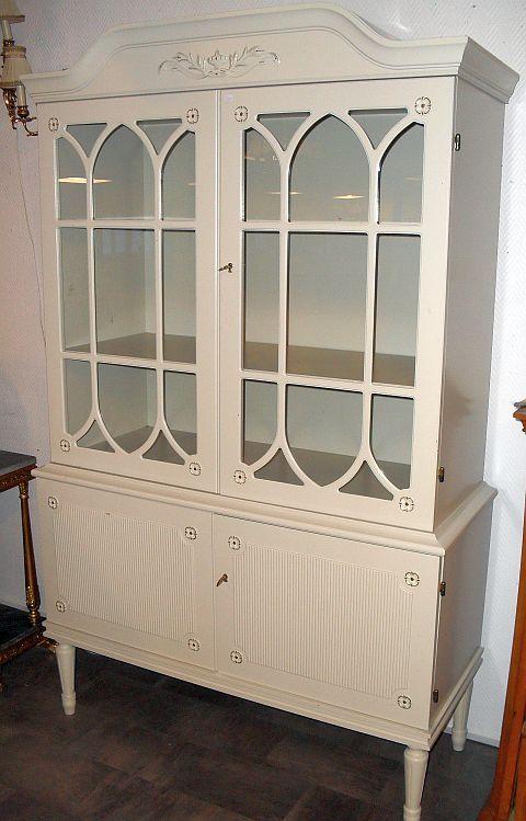 gammalt vitrinskåp med glasdörrar